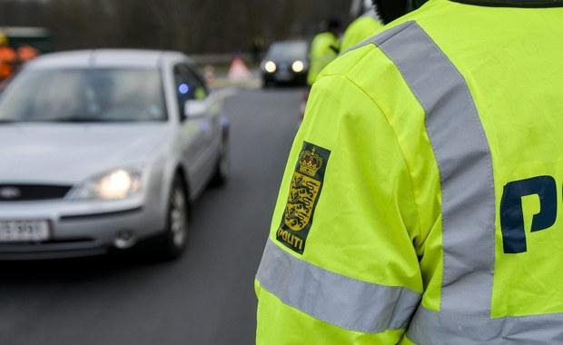 """Jeden z 14 Polaków, zatrzymanych w poniedziałek wieczorem w szwedzkim Nynäshamn, utrzymuje, że przyjechał do tego kraju jako turysta. """"To przypadek, że się tam znalazł w tym samym czasie, co pozostali zatrzymani"""" - twierdzi jego adwokat Peter Axelsson w rozmowie z gazetą """"Aftonbladet"""". W samochodach podejrzewanych o planowanie ataku na ośrodek dla azylantów znaleziono kije bejsbolowe, noże, metalowe rurki i siekierę."""