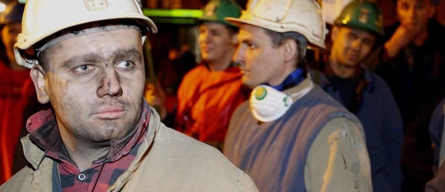 """Rozmowy w Kompanii Węglowej zostały zerwane. Związkowcy i zarząd mieli w czwartek ustalić, kiedy górnikom zostaną wypłacone """"czternastki"""", czyli nagrody roczne. Po ponad 3 godzinach negocjacji związki z hukiem opuściły siedzibę spółki. Mimo sprzeciwu górników zarząd KW podjął decyzję, że czternasta pensja zostanie im wypłacona w 2 ratach, 30 proc. do 15 lutego i 70 proc. do końca czerwca wraz z odsetkami. Związkowcy przyznają, że w sporze nie chodzi tylko o sposób wypłaty nagród i zapowiadają, że w piątek podejmą decyzję o dalszych krokach. Niewykluczone, że w spółce odbędzie się spór zbiorowy."""