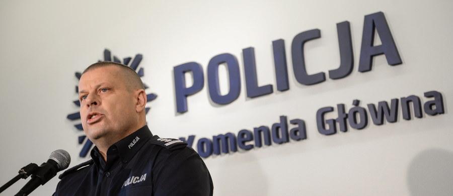 Nie mam pojęcia, czy za rezygnacją szefa polskiej policji stoją prowokatorzy, prokuratorzy czy tylko jego własne zmagania z przeszłością. Szef policji dużego kraju, składający dymisję dlatego, że dzwonili do niego dziennikarze i mówili, że ktoś go nie lubi i coś przeciw niemu knuje - zwyczajnie nie mieści mi się w głowie. Nie tylko on zresztą.
