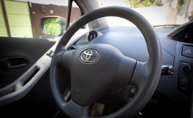 8-latek prowadzący auto został zatrzymany przez straż miejską w Turynie. Obok, na miejscu pasażera, siedział... ojciec nieletniego kierowcy. Mężczyzna dostał mandat.