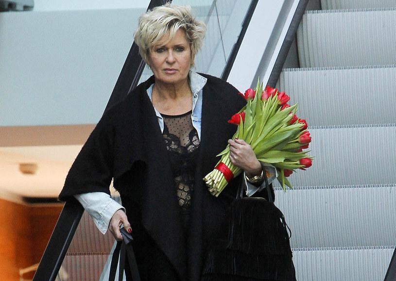 Jeżeli mam ochotę założyć prześwitującą bluzkę, to to robię - mówi Ewa Kasprzyk. Aktorka nie przejmuje się krytycznymi opiniami o koronkowej, odsłaniającej stanik sukience, jaką miała na sobie w jednym z programów telewizyjnych. Twierdzi, że na świecie kobiety w jej wieku bez skrępowania ubierają się barwnie, w Polsce natomiast nie ma przyzwolenie na oryginalność i swobodę.