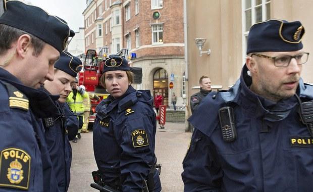 Sąd w Soedertoern pod Sztokholmem zdecydował o aresztowaniu 10 Polaków podejrzanych o przygotowywanie ataku na ośrodek dla uchodźców w Nynaeshamn. Podczas posiedzeń sądu solidarność z zatrzymanymi manifestowało ok. 100 Polaków. Część z nich miała na sobie szaliki z polskim godłem narodowym oraz symbolami klubów piłkarskich. Zbierano także pieniądze na rzecz podejrzanych i ich rodzin.