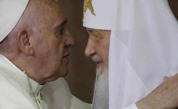 """Papież powiedział po spotkaniu z patriarchą moskiewskim w Hawanie, że rozmawiali """"jak bracia"""". """"Jedność buduje się w marszu"""", """"rozmawialiśmy bez półsłówek"""" - zapewnił. Franciszek podziękował Cyrylowi za pokorę. Patriarcha moskiewski dodał, że rozmowa była """"pełna treści"""" i pozwoliła zrozumieć stanowisko """"drugiej strony"""". Komentatorzy zwracają uwagę na serdeczny klimat spotkania, które ich zdaniem może otworzyć nowy rozdział po dziesięciu wiekach podziału między katolikami i prawosławnymi."""