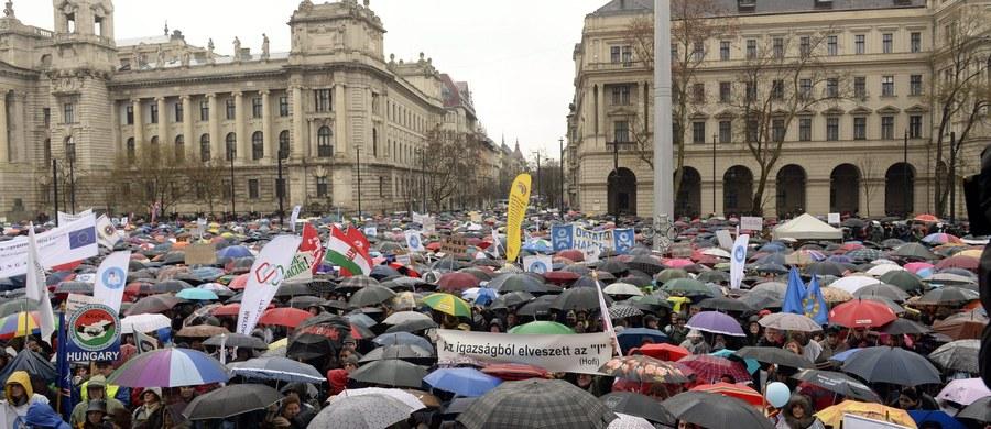 """Tysiące uczniów, rodziców i nauczycieli protestowało w Budapeszcie przeciwko zmianom wprowadzonym w oświacie przez rząd Viktora Orbana. Twierdzą, że po zmianach system stał się """"zły dla dzieci, nauczycieli, rodziców i całego kraju""""."""