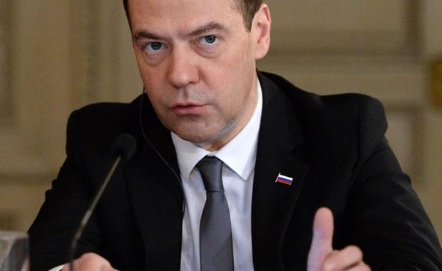 """Jakakolwiek lądowa operacja militarna w Syrii przeprowadzona przez siły zewnętrzne doprowadzi do """"długiej wojny na pełną skalę"""" – zaznaczył premier Rosji Dmitrij Miedwiediew w wyemitowanym w niedzielę wywiadzie dla stacji telewizyjnej Euronews. """"Powtórzę: nikt nie chce nowej wojny, a operacja lądowa oznaczałaby długą wojnę na pełną skalę"""" - podkreślił szef rosyjskiego rządu."""