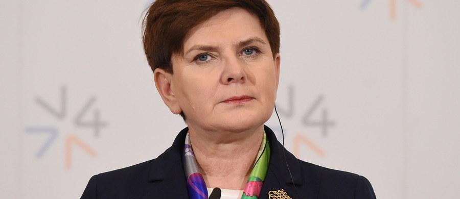 Oczekujemy, że najpóźniej na marcowym posiedzeniu Rady Europejskiej zapadną decyzje, które pozwolą na realną kontrolę granic UE i skuteczne działania ograniczające napływ migrantów - powiedziała w Pradze premier Beata Szydło po spotkaniu Grupy Wyszehradzkiej. Grupa przyjęła wspólną deklarację ws kryzysu migracyjnego.