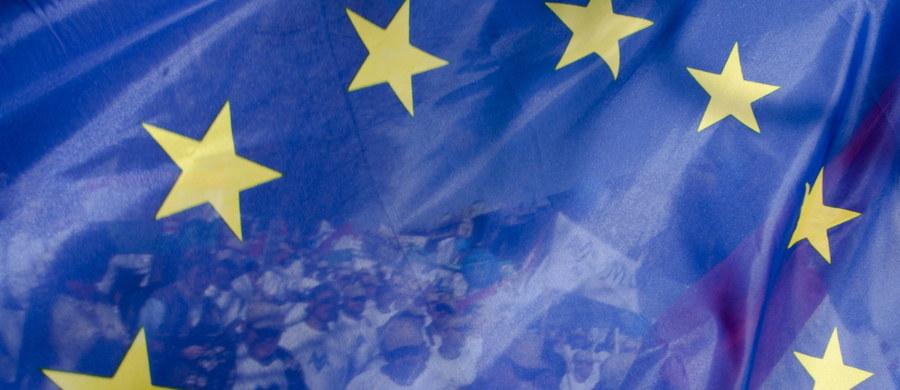 """Zniesienie przez Unię Europejską większości sankcji wobec 170 obywateli Białorusi, w tym prezydenta Alaksandra Łukaszenki, oraz trzech białoruskich podmiotów jest błędem – ocenili liderzy białoruskiej opozycji. Za """"bardzo błędne"""" uważa posunięcie Zachodu były więzień polityczny Mikoła Statkiewicz. W wywiadzie dla Radia Swaboda ocenił, że to """"zdrada wobec Białorusinów"""", która osłabia proeuropejską opozycję."""