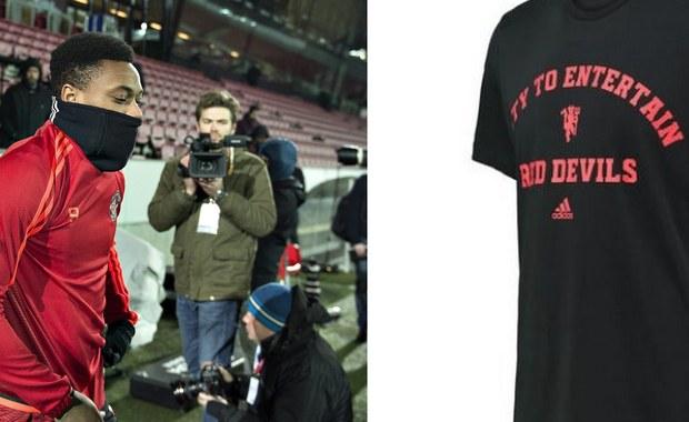 """Adidas, który produkuje koszulki dla piłkarzy """"Czerwonych Diabłów"""" wypuścił nową kolekcję ubrań. Na koszulkach można teraz znaleźć m.in napis: """"Zapewnienie rozrywki to wasz obowiązek"""". Zdaniem brytyjskich dziennikarzy to nawiązanie do nudnego stylu gry zespołu prowadzonego przez Luisa van Gaala."""