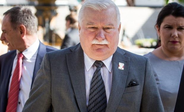 """Lech Wałęsa po raz kolejny zabrał publicznie głos w sprawie akt, które zostały znalezione przez prokuratora IPN w domu generała Czesława Kiszczaka. Były prezydent wypowiedział się w czasie 44. Międzynarodowego Balu Polonijnego w Miami. """"Podpisałem wiele, wiele, wielkich rzeczy, ale i podpisałem takie, z którymi mam dzisiaj problem"""" – mówił Wałęsa."""