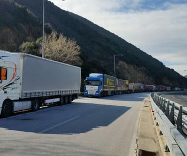 """Setki ciężarówek na granicy bułgarsko-greckiej. """"Jeszcze nie widziałem tak popsutych pomarańczy"""""""