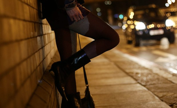 Wrocławscy policjanci zatrzymali trzy osoby, podejrzewane o rozbój na mieszkańcu Jeleniej Góry. Napastnicy działali według ustalonego scenariusza. Kobieta wabiła swoją ofiarę propozycją usług seksualnych. Jednak zamiast erotycznych doznań, w bramie na pokrzywdzonego czekali jej wspólnicy, którzy go pobili i okradli.