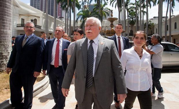 """Lech Wałęsa nie ustaje w próbach przekonania internautów, że nie był współpracownikiem SB. """"Na chwilę załóżmy, że byłem agentem SB. Kiszczak, szef agentów, któremu to podlegało bez powodu dziś ujawnia agenta. Nie żartujmy, to niemożliwe"""" - napisał były prezydent na swoim blogu w serwisie Wykop."""