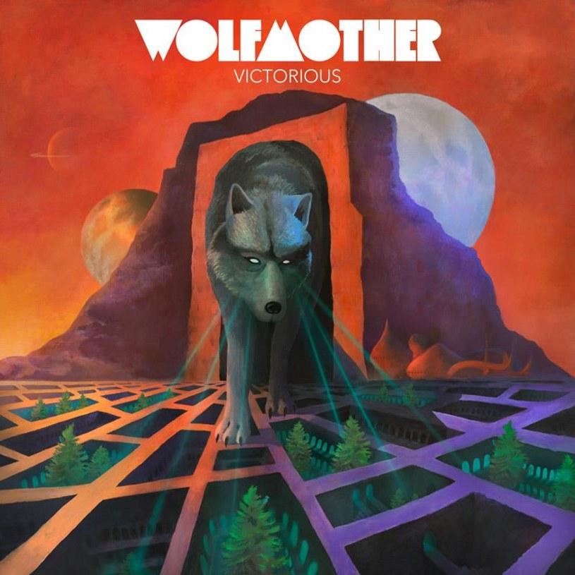 """Okładka """"Victorious"""" jest fajna, wilk strzela z oka jakimś promieniem, obietnica zostaje więc złożona: będzie rozwalanie domostw, miast i wsi nieskrępowaną rockową dzikością. Obietnica ta kończy się jednak na okładce."""