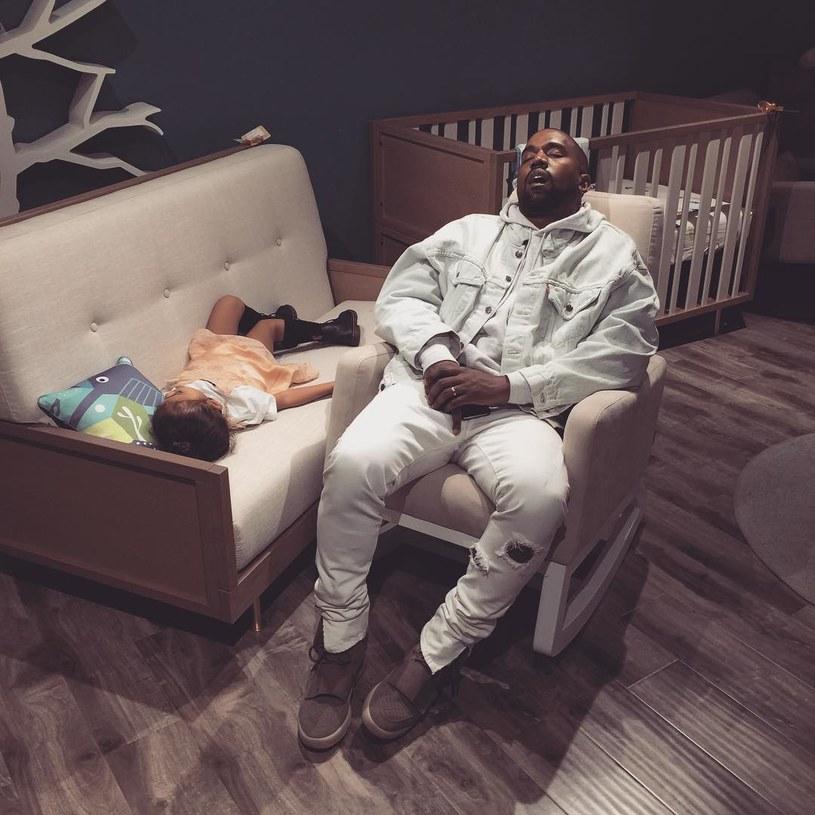 Kim Kardashian na swoim Instagramie po raz pierwszy pokazała zdjęcie synka Sainta. Ponadto uwieczniła na fotografii śpiącego Kanye Westa. Zdjęcie szybko zrobiło furorę w sieci.