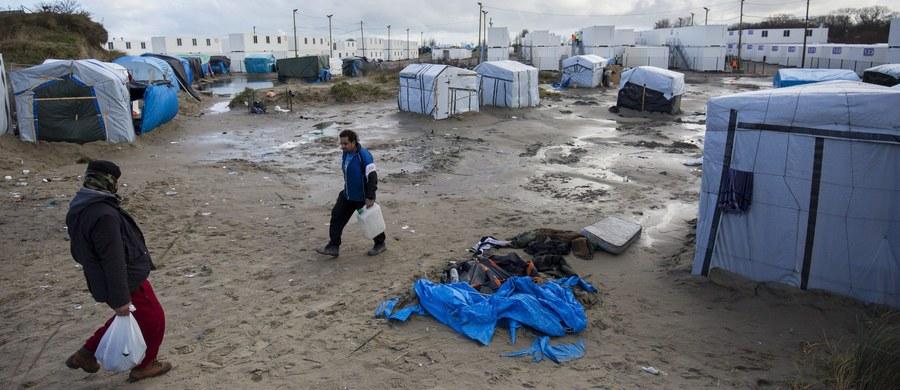 """Planowana na dzisiaj częściowa ewakuacja miasteczka migrantów pod Calais, zwanego """"dżunglą"""", została odroczona na czas wydania decyzji przez francuski sąd w sprawie legalności tej operacji. Decyzję podejmie sąd administracyjny w Lille, na północy Francji, najpewniej jutro albo w czwartek. Prefektura, która do godz. 20 dała czas mieszkańcom południowej części """"dżungli"""" na jej opuszczenie, będzie musiała poczekać do wydania orzeczenia."""