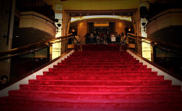 Od 14 lat przez jeden dzień w roku przed budynkiem przy Hollywood Boulevard w Los Angeles rozkładany jest czerwony dywan, a przez drzwi wkraczają gwiazdy filmu i muzyki światowego formatu. Od 2002 roku to właśnie na Dolby Theatre w Kalifornii skierowane są oczy filmowych fanów na całym świecie.