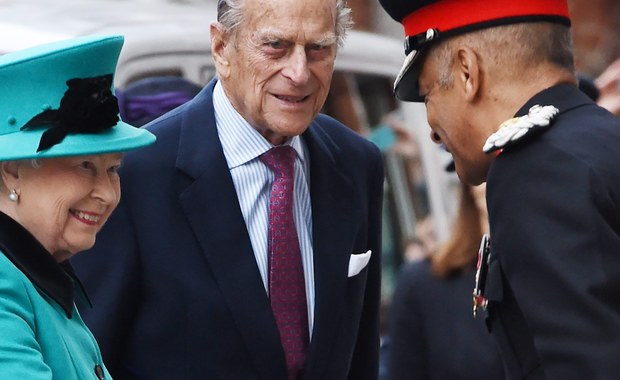 Kanał piąty brytyjskiej telewizji rozpoczyna emisję pięcioczęściowego dokumentu o kulisach życia w Pałacu Buckingham. W filmie pada wiele śmiałych tez i sugestii. Dotyczą one prywatnych spraw członków rodziny królewskiej.