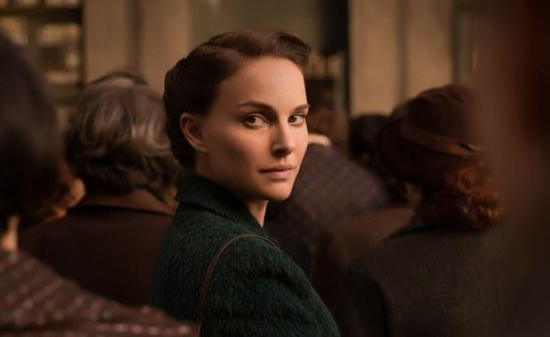 """Do sieci trafił polski zwiastun filmu """"Opowieści o miłości i mroku"""". Natalie Portman wyreżyserowała ten obraz, napisała scenariusz i zagrała główną rolę. Film pojawi się w polskich kinach 1 kwietnia."""
