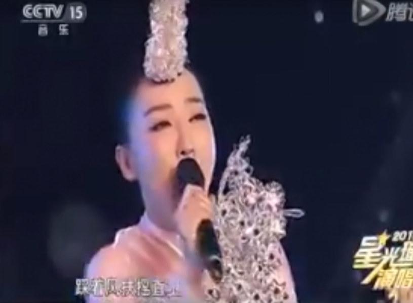 Chińska wokalistka zaliczyła wpadkę w programie na żywo. Oglądający jej występ łatwo mogli zorientować się, że artystka nie śpiewa, a udaje. Wszystko przez odwrócony mikrofon.