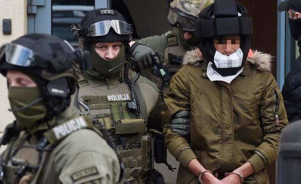 """Blisko 4 godziny trwało w stołecznej prokuraturze przesłuchanie Kajetana P., podejrzanego o bestialski mord na warszawskiej Woli. Mężczyzna usłyszał zarzut zabójstwa 30-letniej kobiety. Przyznał się do winy. Wieczorem sąd zgodził się na przedłużenie do trzech miesięcy aresztu wobec 27-latka. Jak ujawniła rzeczniczka Sądu Okręgowego w Warszawie, chodziło m.in. o to, by zapobiec popełnieniu przez Kajetana P. innego ciężkiego przestępstwa przeciw życiu i zdrowiu. """"Z wyjaśnień podejrzanego wynika bowiem, że popełniłby on ponownie takie przestępstwo"""" - powiedziała."""