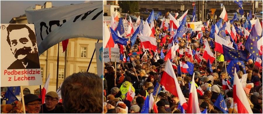 """Ulicami Warszawy przeszła w sobotę manifestacja Komitetu Obrony Demokracji pod hasłem """"My, Naród"""". Marsz zorganizowany został m.in. w obronie Lecha Wałęsy, którego list odczytano w czasie zgromadzenia. """"Nigdy nie zgodziłem się na współpracę, nigdy nikogo nie skrzywdziłem"""" - zapewnił w liście były prezydent. """"W najgorszych snach nie przewidywałem, że po latach walki o wolność, po latach represji, rewizji i aresztów, aparat demokratycznego państwa uderzy w nas, prześladowanych przeciwników systemu komunistycznego"""" - napisał również. Według warszawskiej policji, w demonstracji uczestniczyło około 15 tysięcy ludzi. Z kolei według szacunków stołecznego ratusza, manifestacja zgromadziła około 80 tysięcy uczestników."""