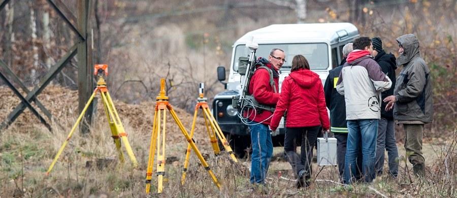"""Zastosowaliśmy wszelkie dostępne metody badań geofizycznych, które mogły być przydatne przy poszukiwania """"złotego pociągu"""". Otrzymane wyniki nie dają żadnych przesłanek, by twierdzić, że tak duży obiekt ze stali może się tam znajdować. Dlatego stanowczo stwierdzamy, że pociągu tam nie ma - mówią RMF FM naukowcy Akademii Górniczo-Hutniczej w Krakowie, którzy w listopadzie prowadzili badania na słynnej skarpie w Wałbrzychu. W rozmowie z Grzegorzem Jasińskim mówią o dodatkowej presji, którą odczuwali i o tym, co zdecydowało, że ich raport tak stanowczo istnienie pociągu wyklucza. Jak podkreślają, na ewentualne wiercenia czekają ze spokojem."""