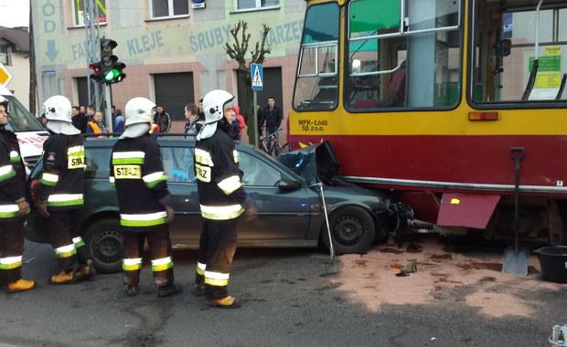 W centrum Konstantynowa Łódzkiego doszło w niedzielę do groźnie wyglądającej kolizji. Samochód osobowy zderzył się z tramwajem. Informację o tym zdarzeniu i zdjęcia dostaliśmy na Gorącą Linię RMF FM.