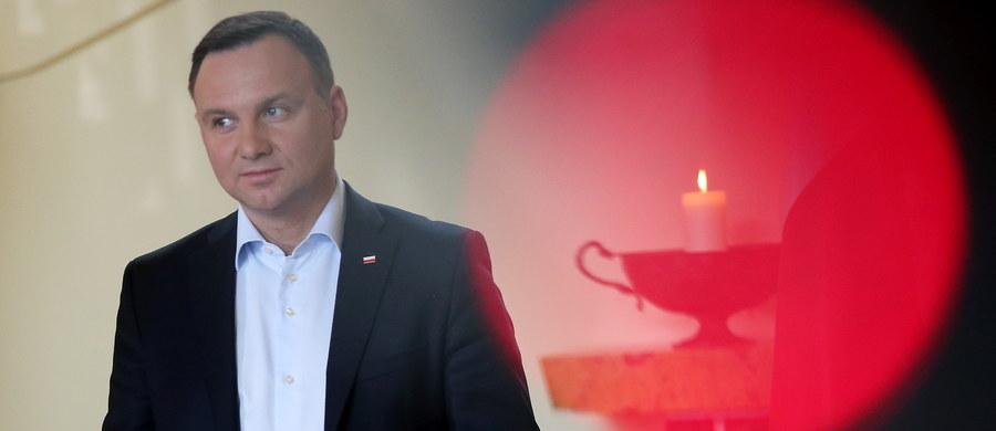 """Projekt opinii Komisji Weneckiej ws. Polski nie jest oficjalnym stanowiskiem Komisji, a przeciekiem - podkreślił prezydent Andrzej Duda, pytany przez dziennikarzy o dokument, którego treść została upubliczniona w sobotę. """"Jeżeli okaże się, że to przeciek z samej Komisji Weneckiej, to ogromnie nad tym ubolewam"""" - stwierdził prezydent."""