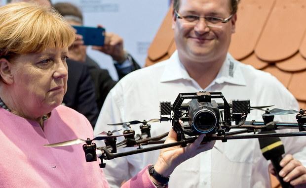 Kanclerz Angela Merkel oświadczyła w w wywiadzie dla telewizji ARD, że nie zmieni swojej polityki wobec imigrantów i będzie nadal zabiegała o europejskie rozwiązanie kryzysu. Działania na własną rękę krajów UE są jej zdaniem błędem.