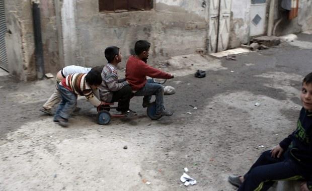 ONZ planuje dostarczenie w ciągu najbliższych pięciu dni pomocy humanitarnej dla ponad 150 tysięcy Syryjczyków znajdujących się w strefach oblężonych - oświadczył koordynator do spraw humanitarnych ONZ w Syrii Yacoub El Hillo. Poinformował także, że ONZ będzie chciała dostarczyć w pierwszym kwartale 2016 roku pomoc dla 1,7 mln Syryjczyków żyjących w trudno dostępnych miejscach.