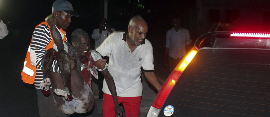 Co najmniej 21 osób zginęło, a około 40 zostało rannych w dwóch zamachach bombowym w trzecim co do wielkości mieście Somalii, Baydhabo (Baidoa). Policja jest przekonana, że za atakami w położonym na południu Somalii Baydhabo stoi radykalne ugrupowanie islamskie Al-Szabab.