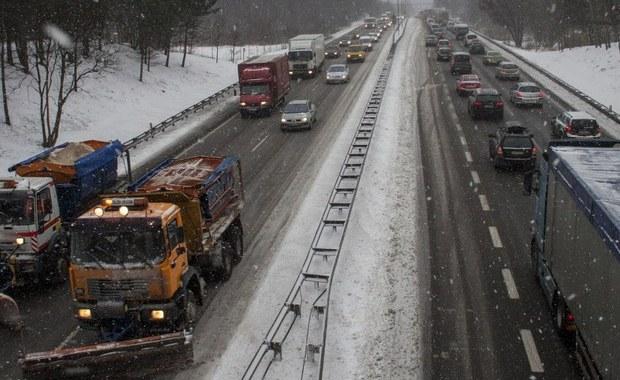 Od rana na Dolnym Śląsku pada śnieg. Najgorzej jest w górach i w Kotlinie Kłodzkiej. Miejscami drogi są białe. Doszło już do pierwszych poważanych wypadków.