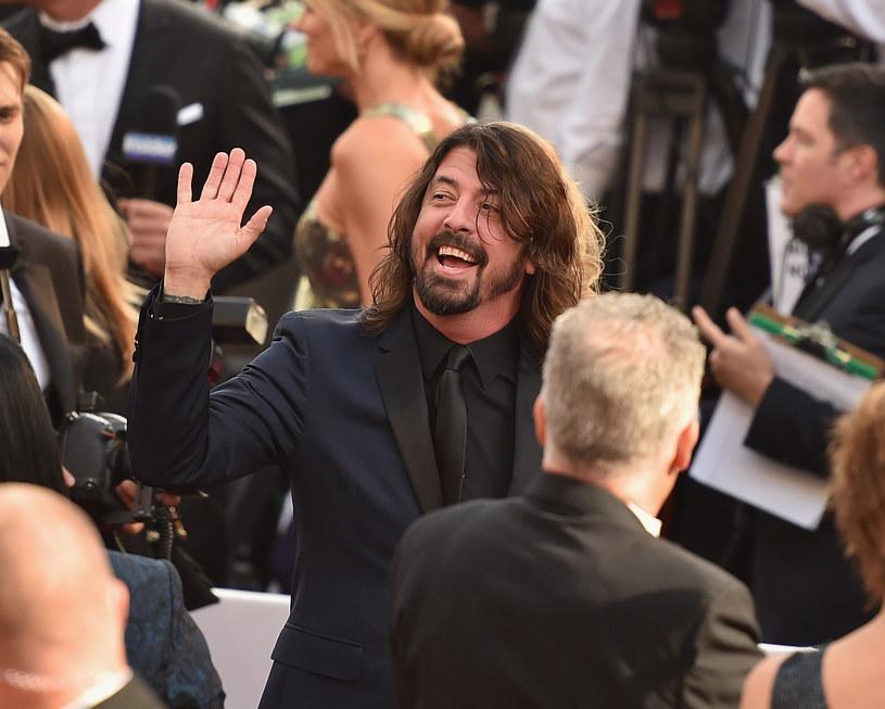 """Dave Grohl wystąpił na ceremonii wręczenia Oscarów, która odbyła się w nocy z 28/29 lutego. Lider zespołu Foo Fighters wykonał cover The Beatles """"Blackbird"""", który był muzycznym tłem do corocznej sekcji """"In Memoriam"""" upamiętniającej gwiazdy związane z filmem, które zmarły w ostatnim roku."""