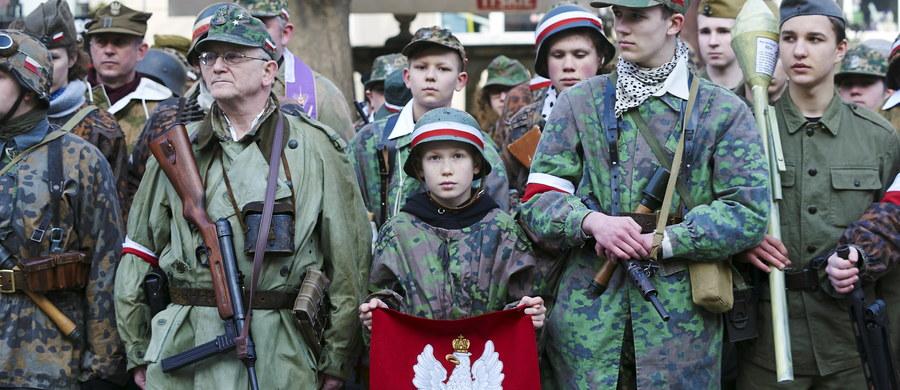 """""""To nie są bohaterowie mojej bajki"""" – mówi gość Kontrwywiadu RMF FM, Barbara Nowacka (Twój Ruch i Inicjatywa Polska), pytana przez słuchaczy o Żołnierzy Wyklętych. """"Dobrze byłoby powiedzieć prawdę o tym, że w niektórych momentach mieli dobre zasługi, ale w niektórych są winni morderstw"""" – dodaje. Nowacka uważa, że Żołnierze Wyklęci """"nie każdemu powinni się kojarzyć się tak pięknie, jak teraz próbują to zrobić narodowcy""""."""