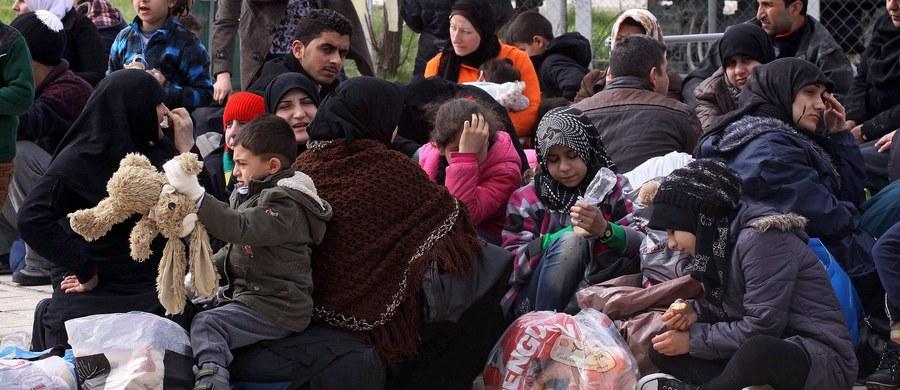 Macedońska policja użyła gazu łzawiącego i granatów hukowych przeciwko kilkuset migrantom, którzy przełamali kordon policyjny po greckiej stronie przejścia w Idomeni, a następnie wyłamali bramę na pobliskim kolejowym przejściu granicznym.