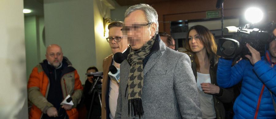 Były minister sportu Andrzej B. usłyszał sześć zarzutów za nieprawdziwe oświadczenia majątkowe i uchylanie się od podatku - poinformowali śledczy. B. odmówił składania zeznań i nie przyznał się do winy. W poniedziałek wieczorem zawiesił swoje członkostwo w Platformie Obywatelskiej - poinformował dyrektor biura krajowego PO Piotr Borys. Funkcjonariusze Centralnego Biura Antykorupcyjnego od poniedziałkowego poranka przeszukiwali dom Andrzeja B. pod Łodzią, szukając dokumentów wskazujących m.in. na posiadanie pieniędzy, papierów wartościowych i rachunków za wydatki na cenną biżuterię czy wakacje.