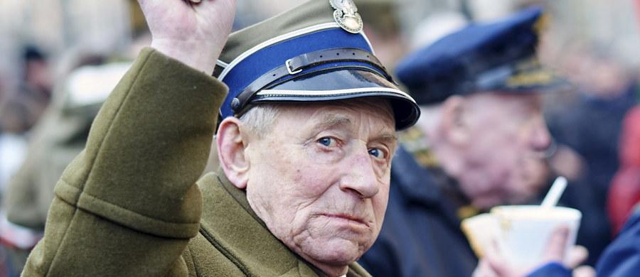 """1 marca w Polsce obchodzony jest Narodowy Dzień Pamięci """"Żołnierzy Wyklętych"""" dla upamiętnienia żołnierzy antykomunistycznego i niepodległościowego podziemia. Komunistyczna propaganda nazywała ich """"zaplutymi karłami reakcji"""", """"zdrajcami"""" i """"bandytami"""". Skazywano ich na śmierć, wieloletnie więzienie albo pobyt w obozie. Na cześć żołnierzy wyklętych w całym kraju organizowane są marsze i rekonstrukcje wydarzeń historycznych z tamtych czasów."""