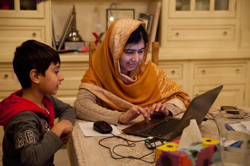 """Poruszający dokument """"To ja, Malala"""" (""""He named me Malala"""") przedstawia sylwetkę dziewiętnastoletniej obecnie Malali Yousafzai, działaczki na rzecz praw kobiet i laureatki Pokojowej Nagrody Nobla. Film o Malali Yousafzai polscy widzowie będą mogli zobaczyć już 6 marca na antenie Nat Geo People."""