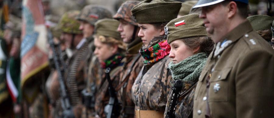 """""""Żołnierze Wyklęci to pojęcie uważane za kontrowersyjne, ale jeśli ktoś się bliżej tym zajmie, to nazwa nie jest sztuczka. Pochodzi z listu, jaki wysłał oficer Ludowego Wojska Polskiego, do żony zamordowanego człowieka w wyniku sądu polowego, którego oskarżono o zdradę tylko dlatego, że był żołnierzem AK i nie ujawnił tego"""" – mówi gość """"Dania do Myślenia"""" w RMF Classic, historyk Leszek Żebrowski. Jego zdaniem """"Żołnierze Wyklęci"""" rzeczywiście zostali z naszej historii wyklęci. """"To nie jest tak, że ci ludzie nie mają nic na sumieniu. To jest okres, kiedy oni są po kilku latach jednej wojny, wchodzą w drugą. Są zagrożeni, spotykają się z pacyfikacjami i donosicielstwem"""" – dodaje historyk. """"Ci, którzy przeżyli, chwytali za broń i chcieli bronić, życia, kobiet, dzieci i wolności"""" – mówi Żebrowski."""