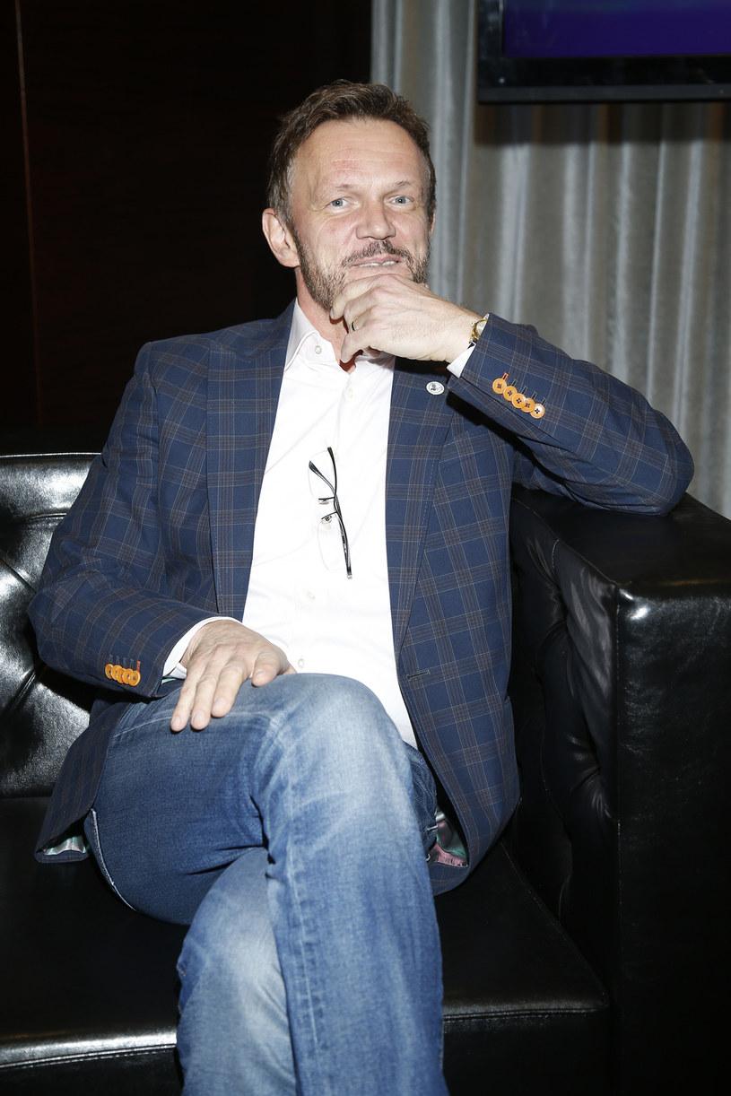 """Cezary Pazura nie uważa, że jest winny porażki serialu """"Aż po sufit!"""". Jego zdaniem serial spodobał się widzom, a niska oglądalność to efekt decyzji stacji TVN o emisji serialu zarówno w telewizji, jak i na platformie TVN Player. Pazura uważa, że większość widzów wybrała platformę."""