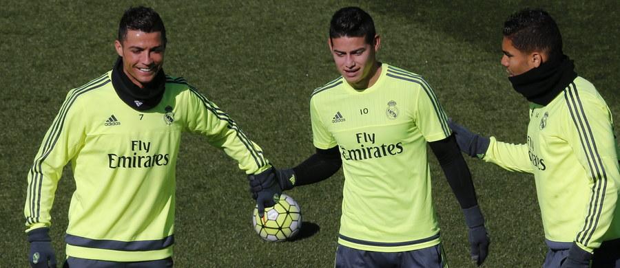 Piłkarz Realu Madryt James Rodriguez został ukarany grzywną w wysokości 10 400 euro - doniosły hiszpańskie media. Kolumbijczyk tak bardzo spieszył się na trening swojej drużyny, że przekroczył dozwoloną prędkość o ponad 80 km/h. Przy okazji nie zauważył również radiowozu i wezwania do zatrzymania.