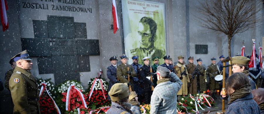 Na maszt centralny placu Piłsudskiego, przed Grobem Nieznanego Żołnierza w Warszawie uroczyście podniesiono biało-czerwoną flagę. Od tej chwili będzie ona umieszczona w tym miejscu na stałe.