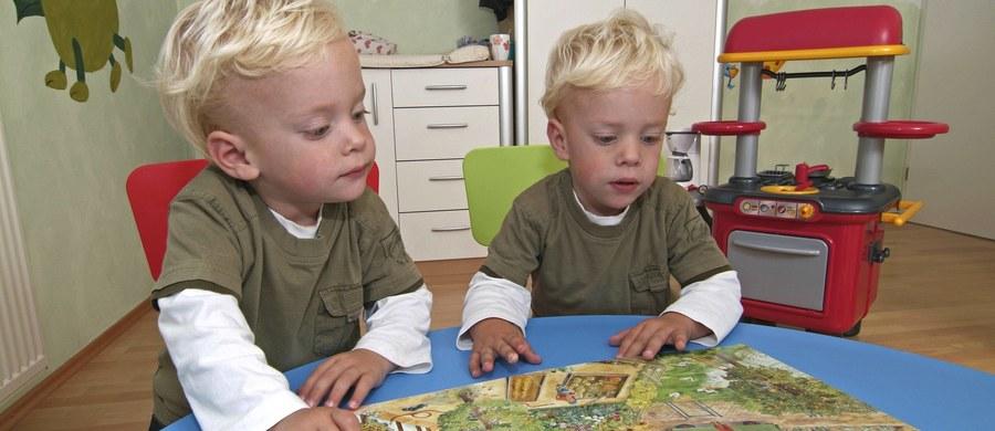 Zdesperowany ojciec bliźniaków rozważa wytatuowanie swoich dzieci. Wszystko przez to, że ani on ani jego żona nie mogą odróżnić chłopców. Swoimi rozterkami podzielił się z użytkownikami serwisu Reddit.
