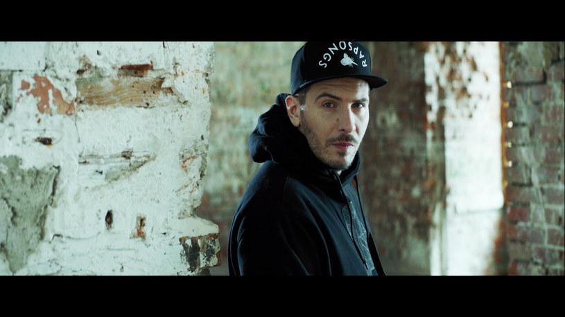 """W sieci zadebiutował teledysk łódzkiego rapera do utworu """"Ballada o Roju"""", który promuje film """"Historia Roja""""."""