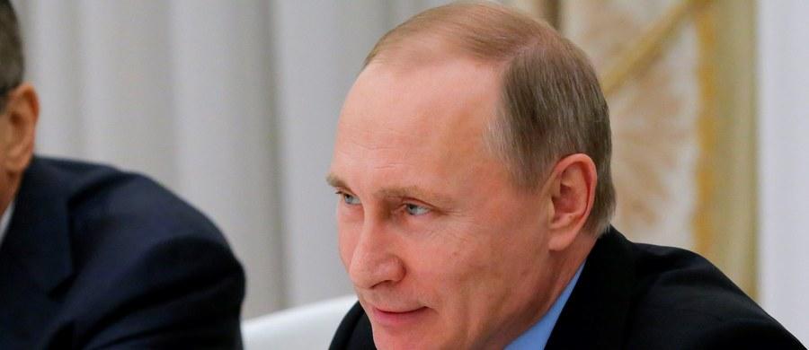 """Niemiecki minister finansów Wolfgang Schaeuble oświadczył podczas wizyty w Londynie, że prezydent Rosji Władimir Putin boi się socjalnego i demokratycznego modelu Europy. """"Próbuje osłabić Europę przez wprowadzanie między nas podziałów, kuszenie nas, byśmy myśleli tylko w wąsko pojętych kategoriach narodowych; nie wolno nam iść mu na rękę"""" - podkreślił Schaeuble, występując w London School of Economics."""