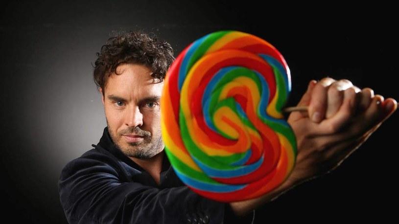 """Cukier jest najczęściej spożywaną substancją. Jak to się stało, że zdominował naszą dietę? Jakie są tego skutki dla naszych umysłów i ciał? Odpowiedzi na te pytania szukał Damon Gameau, reżyser i bohater filmu """"Cały ten cukier"""", który zadebiutuje w kinach 18 marca."""