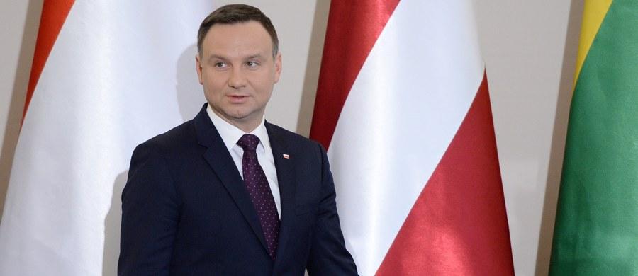 Prezydent Andrzej Duda podpisał ustawę budżetową na 2016 r. - poinformowała Kancelaria Prezydenta. W ustawie założono, że wzrost PKB w tym roku wyniesie 3,8 proc., inflacja - 1,7 proc., a deficyt sektora finansów publicznych - 2,8 proc. PKB.