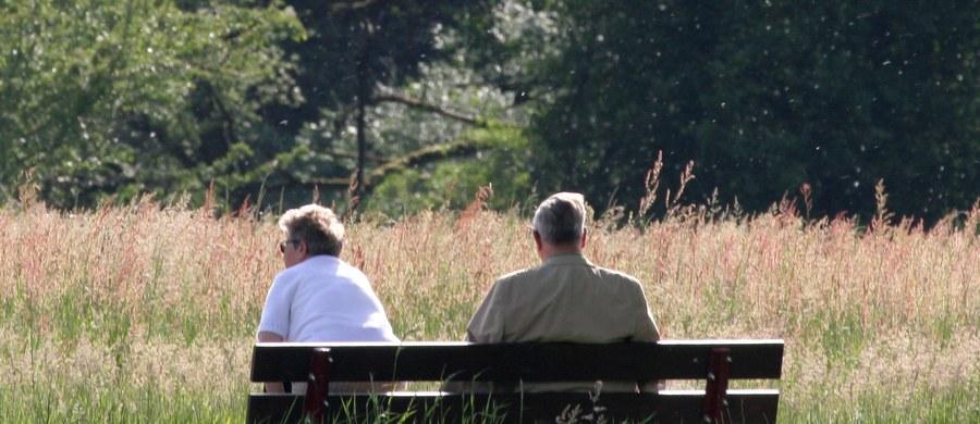 Włoski zakład ubezpieczeń społecznych przewiduje znaczne wydłużenie życia emerytów – tak media komentują przypadek 80-latka, któremu postanowiono przez kolejne 24 lata odejmować od emerytury to, co w wyniku błędu wypłacono.