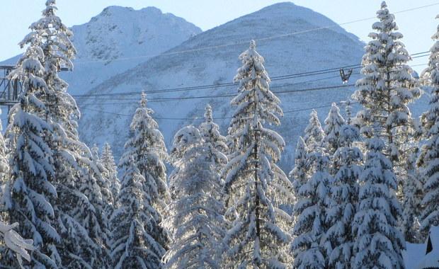 W Tatrach już drugi dzień wieje wiatr halny. Na górskich szczytach osiąga prędkość nawet 120 km na godzinę. Najbardziej te silne podmuchy halnego martwią miłośników narciarstwa, którzy przyjechali w weekend poszaleć na deskach.