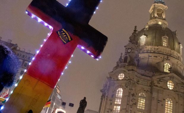 """Prezydent Niemiec Joachim Gauck ostrzegł w Hanowerze przed """"samozwańczymi obrońcami chrześcijańskiego Zachodu"""", którym zarzucił szerzenie nienawiści wobec wyznawców innych religii. Jego zdaniem w Europie zauważalny jest deficyt miłosierdzia. Doświadczenie Zachodu uczy, zdaniem Gaucka, że """"religijne roszczenia do prawdy"""" mogą być wyrażane tylko i wyłącznie w ramach """"uchwalonych w demokratyczny sposób ustaw""""."""
